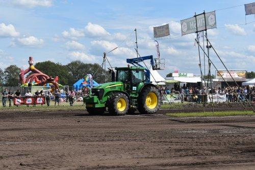 Foto van een John Deere 7920. Geplaatst door jordi 1455 op 07-07-2019 om 14:59:43, op TractorFan.nl - de nummer 1 tractor foto website.