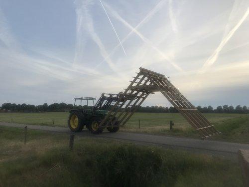 Foto van een John Deere 1640. X wat anders dan een paar balen vervoeren. Geplaatst door john deere 7810 op 08-07-2019 om 21:17:47, met 6 reacties.