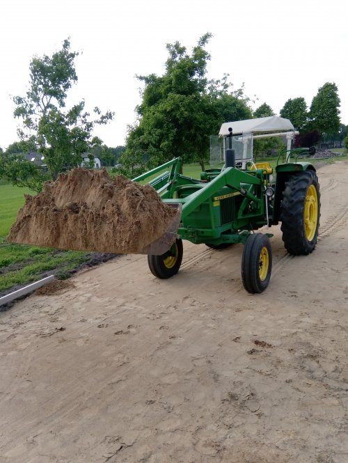 Foto van een John Deere 1120 bezig met zand verplaatsen voor de nieuwe bestrating. Geplaatst door JvH 1120 op 15-07-2019 om 18:00:32, met 6 reacties.