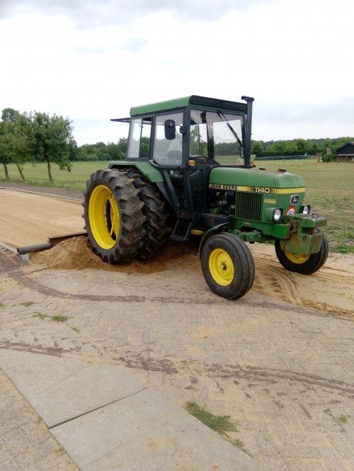 Foto van een John Deere 1140 bezig met af reien van het zandbed. Geplaatst door JvH 1120 op 15-07-2019 om 18:07:38, op TractorFan.nl - de nummer 1 tractor foto website.