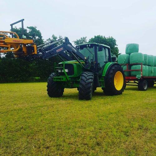 Foto van een John Deere 6320 van handelsonderneming jakob bruining druk in de midibalen. Geplaatst door case 745 xl op 17-07-2019 om 07:47:47, op TractorFan.nl - de nummer 1 tractor foto website.