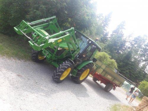 Foto van een John Deere 5075E klaar om gerst te gaan laden deze middag in Duitsland.. Geplaatst door stijn-de-bock op 17-07-2019 om 13:19:36, op TractorFan.nl - de nummer 1 tractor foto website.