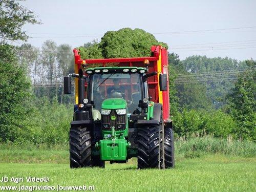 Foto van een John Deere 6170R, loonbedrijf Ten Voorde uit Terwolde aan het gras hakselen. ZIE OOK DE VIDEO  https://youtu.be/GGuN8U8l3eI