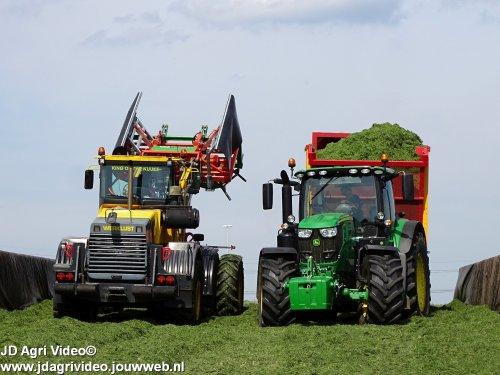 Foto van een John Deere 6170R , loonbedrijf Ten Voorde uit Terwolde aan het gras hakselen. ZIE OOK DE VIDEO  https://youtu.be/GGuN8U8l3eI