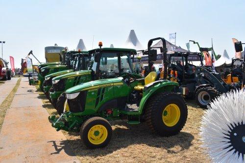 Foto van een John Deere 4049M. Geplaatst door jordi 1455 op 23-07-2019 om 19:32:03, op TractorFan.nl - de nummer 1 tractor foto website.