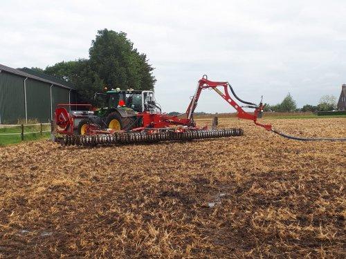 we rijden weer lekker op de stoppel met de John Deere 6155R en Roelama Hyflex. Geplaatst door gerrit power op 04-08-2019 om 19:01:31, op TractorFan.nl - de nummer 1 tractor foto website.