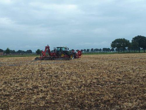 we rijden weer lekker op de stoppel met de John Deere 6155R en Roelama Hyflex. Geplaatst door gerrit power op 04-08-2019 om 19:01:33, op TractorFan.nl - de nummer 1 tractor foto website.