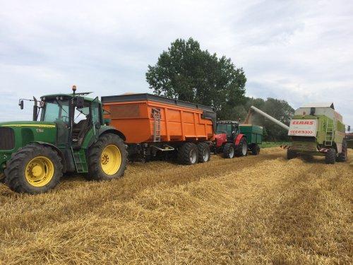 Foto van een John Deere 6820 en de MF 6270 met minikipper , toch 8500 kg opgekregen 👍. Geplaatst door noordhof op 05-08-2019 om 12:47:56, op TractorFan.nl - de nummer 1 tractor foto website.
