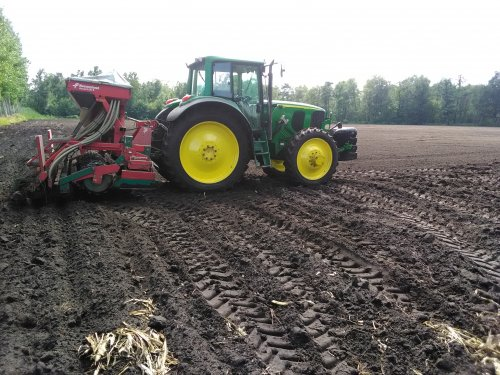 Foto van een John Deere 6920 S met kverneland accord zaaimachine. Bij gebrek aan een andere tractor maar deze aant zaaimachine gehangen om de eerste groenbemester op wortelland te zaaien