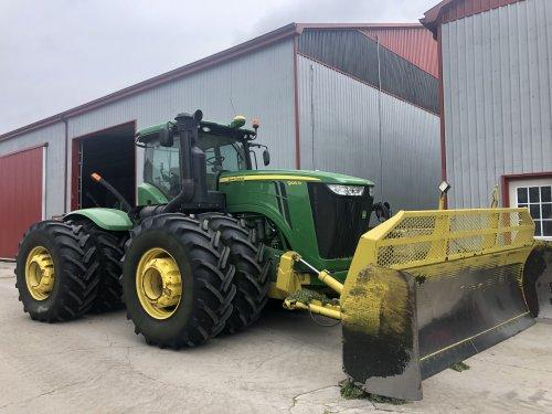 Foto van een John Deere 9410 met blade van Nagelhaven farms in Ontario Canada. Geplaatst door baksborculo op 13-08-2019 om 18:57:23, op TractorFan.nl - de nummer 1 tractor foto website.