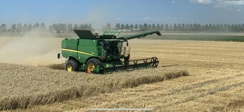 Foto van een John Deere S 670i. Geplaatst door Cvoshart op 21-08-2019 om 12:28:32, op TractorFan.nl - de nummer 1 tractor foto website.