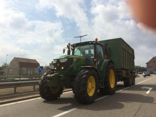 Foto van een John Deere 6140R van Houtkrullenhandel, John van Meijl.. Geplaatst door StijnTheDeereDriver op 23-08-2019 om 21:38:33, op TractorFan.nl - de nummer 1 tractor foto website.