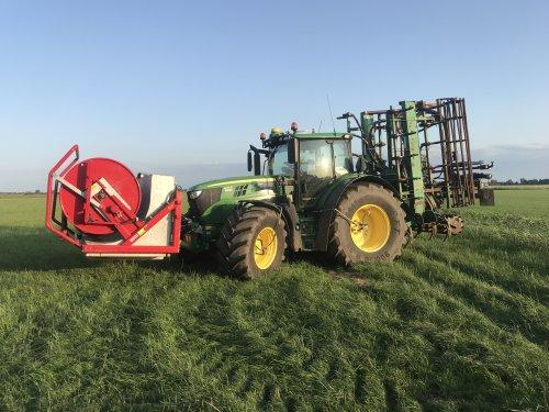 """De John Deere 6155R met de """"nieuwe"""" bouwland cultivator die omgebouwd is naar sleepslang 7,5 m breed."""