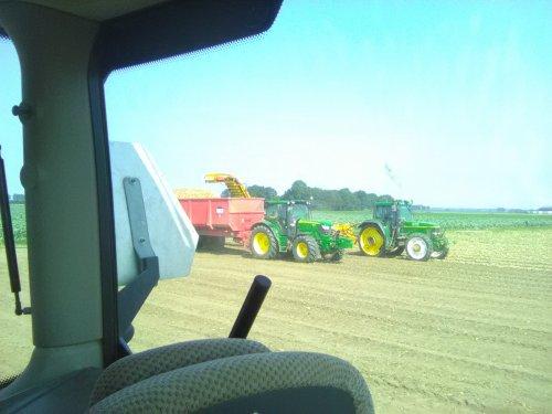 Foto van een John Deere 6610 & 6105R in de uien oogst.. Geplaatst door Valtraboerties op 31-08-2019 om 16:47:45, op TractorFan.nl - de nummer 1 tractor foto website.