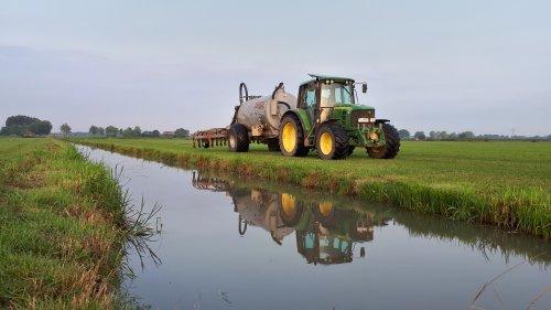 Foto van een John Deere 6230, ook hier vorige week de laatste kuubs uitgereden, nu wachten op de komende regen en dan hebben we zo weer mooi gras 👌
