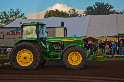 Foto van een John Deere 4955 voor de sleepwagen (New Holland T7.230) bij Trekkertrek voor oude tractoren te Eede