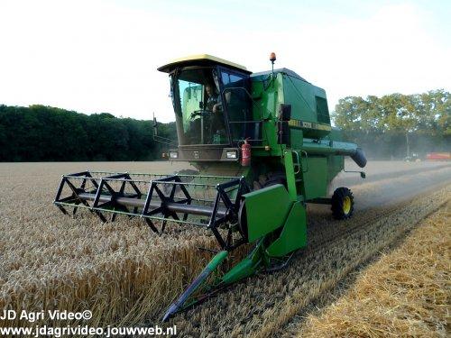 Foto van een John Deere 1075 , akkerbouwbedrijf Versteeg uit Uddel aan het graan dorsen. ZIE OOK DE VIDEO  https://youtu.be/8gCNVLHN-34