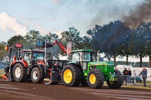 Foto van een John Deere 4850 aan het werk op Trekkertrek voor oude tractoren te Eede. Geplaatst door Freggel op 14-09-2019 om 14:43:01, op TractorFan.nl - de nummer 1 tractor foto website.
