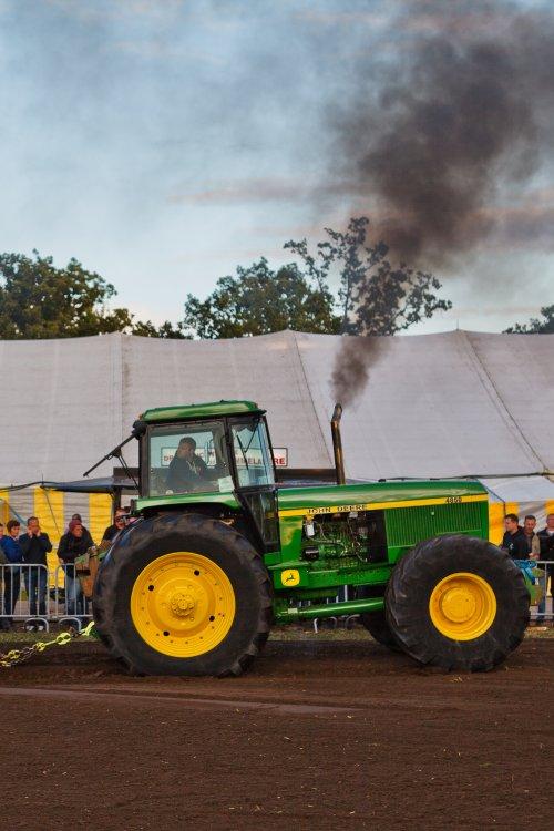 Foto van een John Deere 4850 aan het werk op Trekkertrek voor oude tractoren te Eede. Geplaatst door Freggel op 14-09-2019 om 14:43:03, op TractorFan.nl - de nummer 1 tractor foto website.