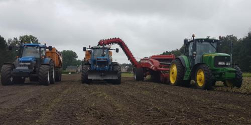 Foto van een John Deere 6520 voor de grimme gt 170 multisep. Tm135 en 8630 met peecon 13000 kiepers. Geplaatst door bartjuh op 16-09-2019 om 19:40:31, op TractorFan.nl - de nummer 1 tractor foto website.