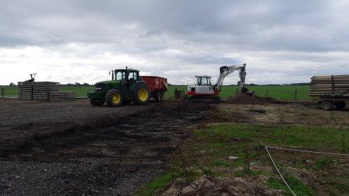 Foto van een John Deere 6520 met Beco 800 en takeuchi TB175. Gebroken asfalt weg graven omdat de schuur toch 7 meter langer word🙈