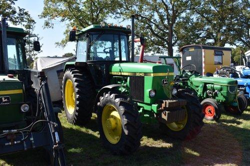 Foto van een John Deere 3040. Geplaatst door jordi 1455 op 30-09-2019 om 21:14:59, op TractorFan.nl - de nummer 1 tractor foto website.
