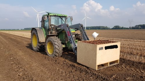 Foto van een John Deere 6410 bezig met geoogst product transporteren.. Geplaatst door fendt818vario op 07-10-2019 om 19:19:34, met 6 reacties.