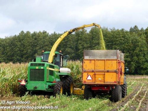Foto van een John Deere 6850  , Diensverlening Willem Bloemendal uit Elspeet aan het mais hakselen. ZIE OOK DE VIDEO  https://youtu.be/UIJ0oKPBYO4
