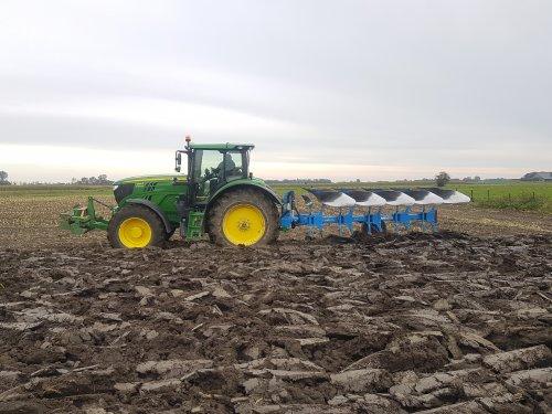 De nieuwe 6155R op ploegbanden. Hangen voor de Lemken in het maisland. Geplaatst door mdoornekamp op 20-10-2019 om 13:45:03, met 31 reacties.