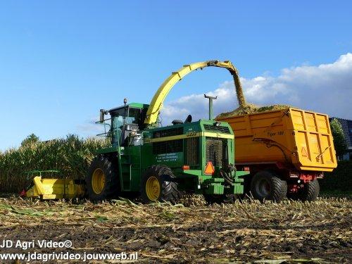 Foto van een John Deere 6850 , loonbedrijf P van den Hardenberg uit Elspeet aan het maishakselen. ZIE OOK DE VIDEO  https://youtu.be/A9zYMpzXtz8