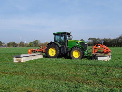 Foto van een John Deere 7260R met kuhn gmd 9530. Geplaatst door cb6520 op 23-10-2019 om 15:51:41, op TractorFan.nl - de nummer 1 tractor foto website.