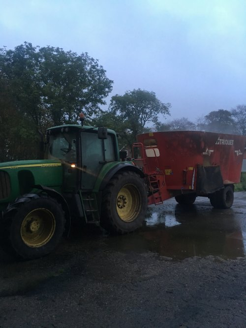 Foto van een John Deere 6520. Geplaatst door Case 5140 op 23-10-2019 om 20:59:31, op TractorFan.nl - de nummer 1 tractor foto website.
