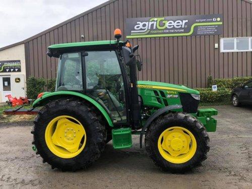 Foto van een John Deere 5075E klaar voor aflevering bij JD dealer AgriGeer.. Geplaatst door StijnTheDeereDriver op 24-10-2019 om 23:39:45, op TractorFan.nl - de nummer 1 tractor foto website.