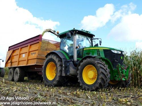 Foto van een John Deere 7260R, Loonbedrijf K.Mulder uit Putten aan het mais hakselen. ZIE OOK DE VIDEO https://youtu.be/sJTTDEbbbLA