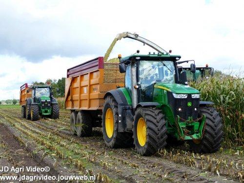 Foto van een John Deere 7260R  , Loonbedrijf K.Mulder uit Putten aan het mais hakselen. ZIE OOK DE VIDEO https://youtu.be/sJTTDEbbbLA
