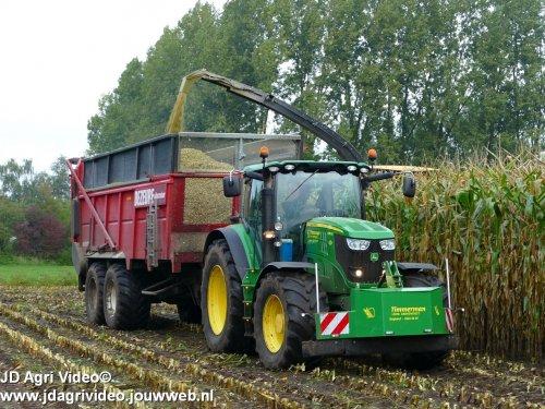 Foto van een John Deere 6210R  , Loonbedrijf Timmerman uit Staphorst aan het mais hakselen. ZIE OOK DE VIDEO   https://youtu.be/Pj_FuV1KKyk