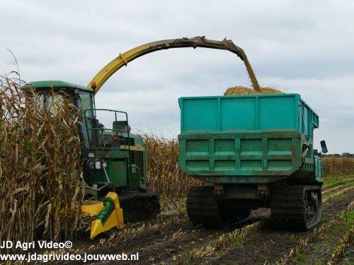 Foto van een John Deere 6750, Loonbedrijf Oussoren uit Westbroek en Buijert uit Kampen aan het mais haksleen ZIE OOK DE VIDEO https://youtu.be/pbaRcLgcJlc