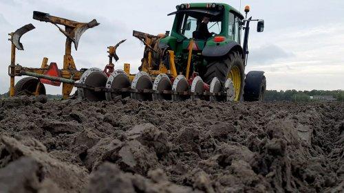 Foto van een John Deere 6620, vanmiddag laatste Muscari perceel geploegd.. Geplaatst door daan-van-der-kolk op 08-11-2019 om 19:22:54, op TractorFan.nl - de nummer 1 tractor foto website.