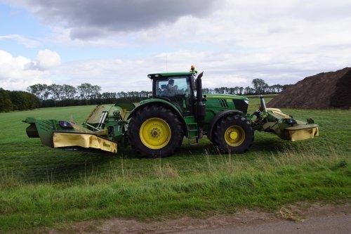 Foto van een John Deere 6215R. Geplaatst door jans-eising op 08-11-2019 om 19:26:46, op TractorFan.nl - de nummer 1 tractor foto website.