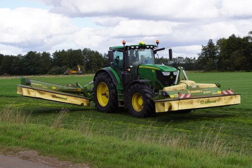 Foto van een John Deere 6215R. Geplaatst door jans-eising op 08-11-2019 om 19:26:49, op TractorFan.nl - de nummer 1 tractor foto website.