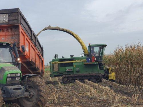 Foto van een John Deere Rupshakselaar 2 weken geleden was t een mooi weekje redelijk weer hadden we mooi profijt van om het maïs er  met de trekkers eraf te halen