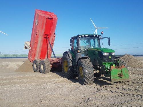 Foto van een John Deere 6155R met Beco Maxxim 220. Dumperen in de grote zandbak.  Eemshaven. Geplaatst door mdoornekamp op 10-11-2019 om 12:15:18, met 41 reacties.