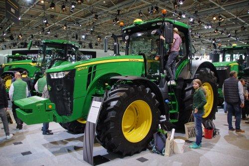 Foto van een John Deere 8370R. Geplaatst door jans-eising op 12-11-2019 om 19:46:59, op TractorFan.nl - de nummer 1 tractor foto website.