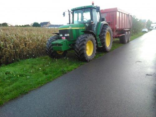John Deere 6810 met krampe kipper aan het wachten op de maaidorser om korrelmaïs te transporteren.. Geplaatst door eicher4048driver op 13-11-2019 om 19:06:43, op TractorFan.nl - de nummer 1 tractor foto website.