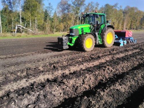 Graszaaien met de JD 7430 en lemken rotorkopegzaaicombinatie schone combinatie. Geplaatst door eicher4048driver op 13-11-2019 om 19:06:45, op TractorFan.nl - de nummer 1 tractor foto website.