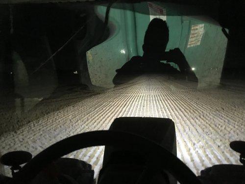 Foto van een John Deere 8295R, we doen hier een gift van zo'n 160m3 per ha. De tanks spreiden 12 meter breed met de ketsplaat. Hier komt volgend jaar mais te staan