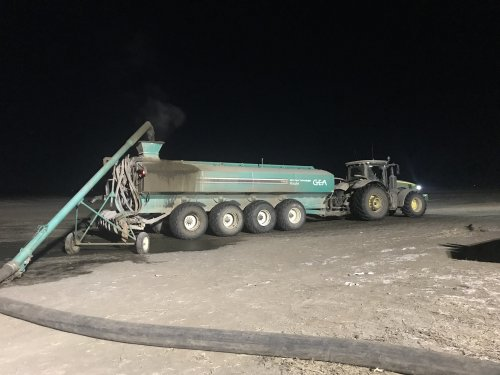 Foto van een John Deere 8295R, vullen van de tank duurt zo'n 2 en een half tot 3 minuten. Lossen in het veld duurt zo'n 4-5 minuten