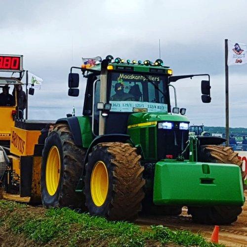 Foto van een John Deere 7810 druk bezig met trekkertrekken.. Geplaatst door Deere6920s op 18-11-2019 om 16:10:03, op TractorFan.nl - de nummer 1 tractor foto website.