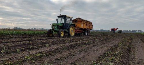 Foto van een John Deere 2140 met 10 tons Miedema kipper tijdens de bietenoogst.. Geplaatst door RobinL13 op 19-11-2019 om 19:55:28, met 2 reacties.