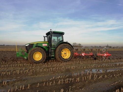 Foto van een John Deere 7310R. Geplaatst door 967BJW op 20-11-2019 om 20:31:11, op TractorFan.nl - de nummer 1 tractor foto website.